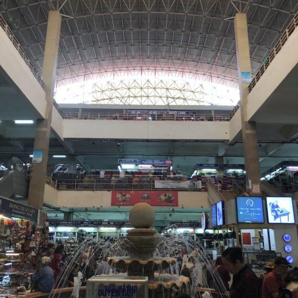 ハノイの観光スポット!市内最大の屋内マーケット・ドンスアン市場へ